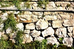 Textura da parede de pedra e da grama selvagem fotos de stock royalty free