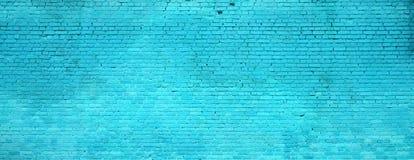 A textura da parede de tijolo de muitas fileiras de tijolos pintados no colo ciano fotos de stock