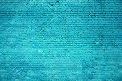 A textura da parede de tijolo de muitas fileiras de tijolos pintados no colo ciano imagens de stock royalty free