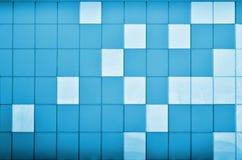 A textura da parede do metal, quadro sob a forma dos quadrados coloridos de duas cores O projeto moderno da parede para o exterio Imagem de Stock