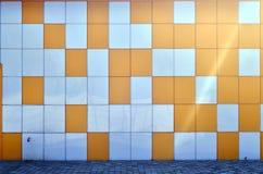 A textura da parede do metal, quadro sob a forma dos quadrados coloridos de duas cores O projeto moderno da parede para o exterio Foto de Stock