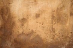 Textura da parede velha coberta com o estuque amarelo Fotos de Stock