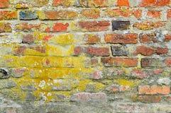 A textura da pedra resistente antiga medieval antiga velha que descasca a parede riscada do tijolo brilhante alaranjado vermelho  fotos de stock