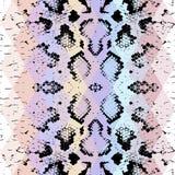 Textura da pele de serpente com rombo colorido Fundo geométrico Fundo cor-de-rosa azul roxo do preto sem emenda do teste padrão,  ilustração stock