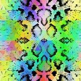 Textura da pele de serpente com rombo colorido Fundo geométrico Fundo amarelo azul roxo do verde sem emenda do arco-íris do preto Fotos de Stock