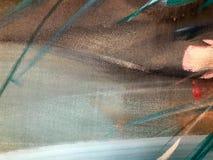 A textura da pintura colorida tingida do papel multi-colorido, cartão com linhas de listras manchou com manchas da pintura do ama imagens de stock