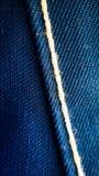 Textura da roupa de trabalho azul com fim de costura branco acima fotografia de stock