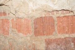 A textura da superfície da parede velha da construção, lá é fraturas, quebras, divórcios da cor e depósitos de sal imagem de stock royalty free