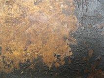 A textura da superfície de metal velha coberta com a corrosão e o revestimento preto foto de stock
