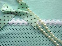A textura da tela verde pontilha com o laço branco grande com uma curva Fotografia de Stock