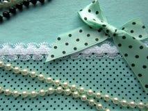 A textura da tela verde pontilha com o laço branco grande com uma curva Imagens de Stock Royalty Free