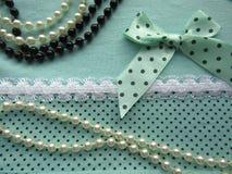 A textura da tela verde pontilha com o laço branco grande com uma curva Foto de Stock Royalty Free