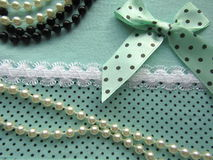 A textura da tela verde pontilha com o laço branco grande com uma curva Fotos de Stock