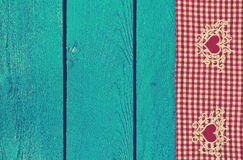 Textura da toalha de mesa no fundo azul de madeira Fotos de Stock