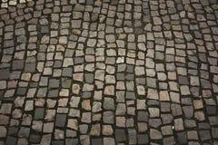 Textura de adoquines con la hierba en el centro de ciudad Foto de archivo