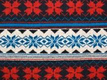 Textura de confecção de malhas com o azul branco vermelho do ornamento Fotos de Stock Royalty Free
