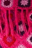 Textura de confecção de malhas vertical cor-de-rosa feito a mão de lãs Foto de Stock