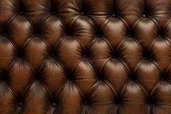 Textura de couro marrom luxuosa do fundo do sofá Imagens de Stock Royalty Free
