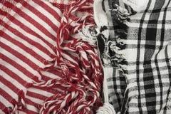 Textura de dois fundos, teste padrão scarf O vermelho quadriculado do keffiyeh palestino e branco contra o lenço preto e branco imagem de stock royalty free