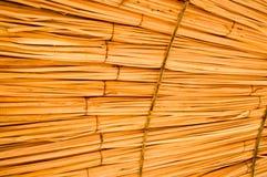 A textura de guarda-sóis naturais da palha bonita do feno em um recurso tropical do deserto, descansa o fundo imagem de stock royalty free