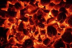 Textura de incandescência do fundo dos carvões amassados do carvão vegetal fotografia de stock