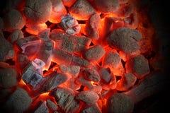 Textura de incandescência do fundo dos carvões amassados do carvão vegetal imagem de stock