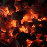 Textura de incandescência do fundo dos carvões amassados do carvão vegetal imagens de stock royalty free