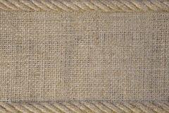 Textura de la arpillera con la cuerda del cordón Imagen de archivo