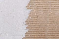 Textura de la caja de papel marrón o de la cartulina con rasgado Imagen de archivo