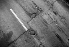 Textura de la carretera de asfalto dañada vieja Imagen de archivo libre de regalías