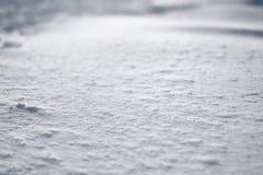 Textura de la corteza del hielo de la superficie plana de la luz y de las sombras en campo de nieve Foto de archivo libre de regalías