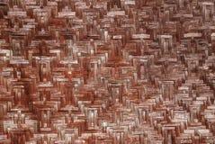 Textura de la estera de mimbre vieja del color rojo de bambú imagenes de archivo