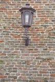 Textura de la linterna vieja de la ejecución en modelo de la pared de ladrillo de la fortaleza fotos de archivo libres de regalías