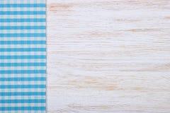 Textura de la materia textil del mantel en fondo de madera Imagen de archivo