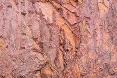 Textura de la montaña que muestra el suelo y la roca rojos Fotos de archivo libres de regalías