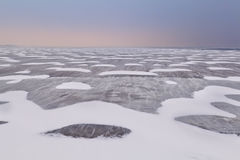 Textura de la nieve y del viento en el lago congelado Ijsselmeer Imagenes de archivo
