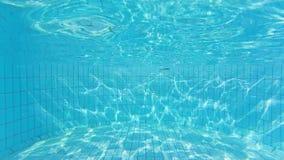 Textura de la onda en la parte inferior de la piscina metrajes