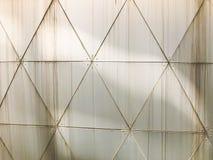 Textura de la pared blanca del hierro industrial del metal de placas triangulares con las costuras con los modelos en la triangul imagen de archivo libre de regalías