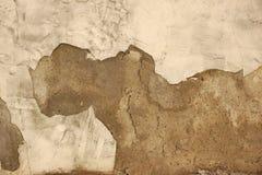 Textura de la pared de ladrillo con la capa dañada del yeso del cemento Imagen de archivo