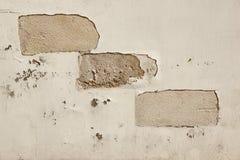 Textura de la pared de ladrillo con la capa dañada del yeso del cemento Imágenes de archivo libres de regalías