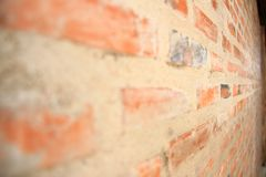 Textura de la pared de ladrillo al lado de la visión Pared de ladrillo anaranjada de la casa para el fondo o la textura imagen de archivo
