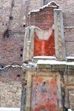 Textura de la pared de piedra Fachada de una casa vieja en ruinas, con la pintura descolorada pelada en colores amarillos, anaran imagen de archivo