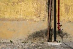 Textura de la pared vieja del vintage de la fábrica industrial con el tubo Imagen de archivo libre de regalías