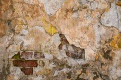 Textura de la pared vieja de la roca para el fondo con las ventanas fotos de archivo