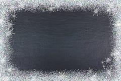 Textura de la pizarra con el fondo de la Navidad de la nieve Visión superior con el espacio de la copia Imagen de archivo