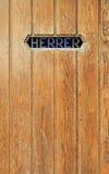 Textura de la puerta de madera vieja, el retrete de los hombres foto de archivo
