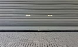 Textura de la puerta del obturador del metal afuera del almacén foto de archivo