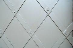 Textura de la puerta robusta antigua gris medieval antigua vieja del metal del hierro con clavar modelos Los antecedentes imágenes de archivo libres de regalías