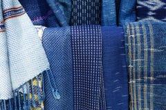 Textura de la ropa tailandesa natural de los azules añiles tradicionales, tr tailandés Fotografía de archivo libre de regalías