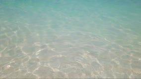 Textura de la superficie clara de la agua de mar de la turquesa Puede ser utilizado como fondo del verano almacen de metraje de vídeo